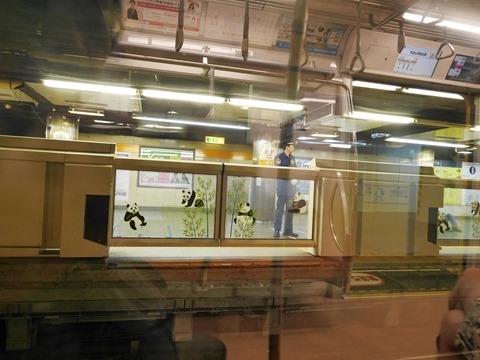 地下鉄銀座線上野駅ホームドアのパンダ