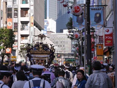 烏森神社の前