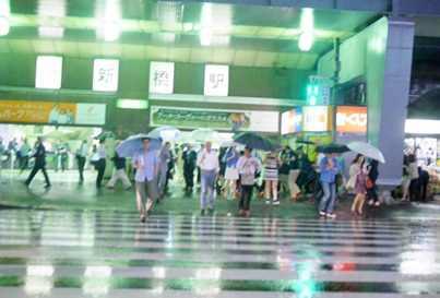 雨の新橋駅