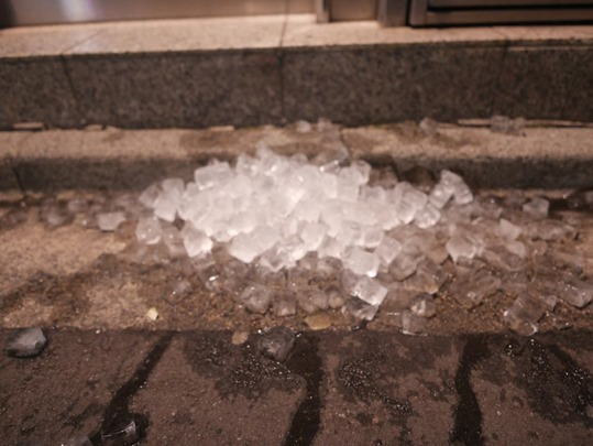 氷を捨てる