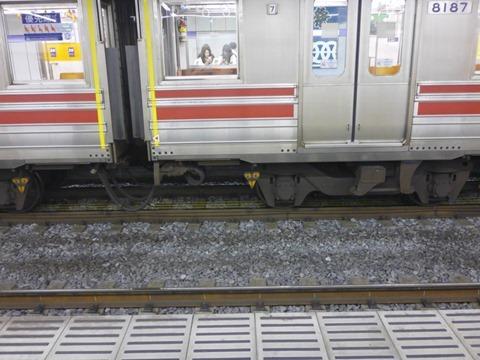 電車の下に顔がある。