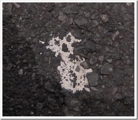 道路に埋まる宇宙人
