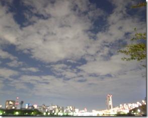 夜の空も青空が覗いています。