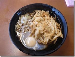 天ぷらとたまご入れて立ち食いそば