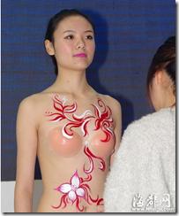 中国のボディペインティングではヌーブラ着用