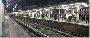 終電を待つ新橋駅ホーム
